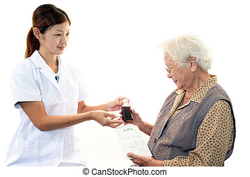mujer mayor, personal médico