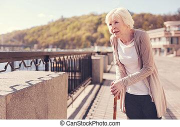 mujer mayor, pesadamente, reclinado, ella, bastón