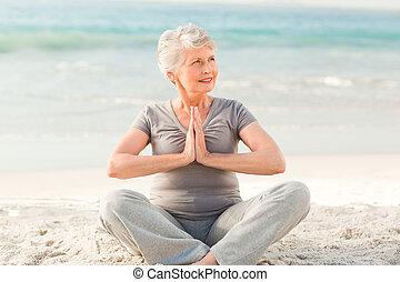 mujer mayor, practicar, yoga, en, el