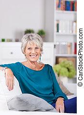 mujer mayor, se sentar sobre sofá, en casa