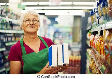 mujer mayor, supermercado, trabajando