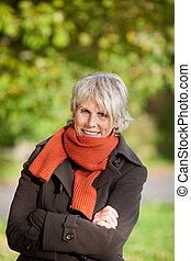 mujer mayor, temblorosos, en el estacionamiento
