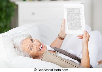 mujer mayor, tenencia, ebook, mientras, mentira en el sofá