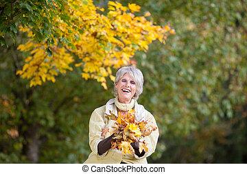 mujer mayor, tenencia, otoño sale