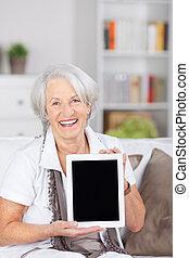 mujer mayor, tenencia, tableta de digital, en, casa