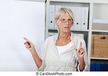 mujer mayor, tenencia, un, presentación