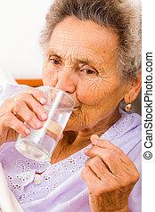 mujer mayor, toma, suplementos