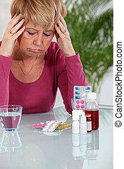 mujer mayor, tomar pastillas