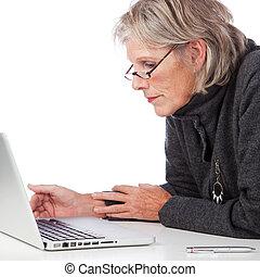 mujer mayor, trabajo encendido, un, computador portatil