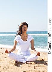 mujer, meditación, en, playa