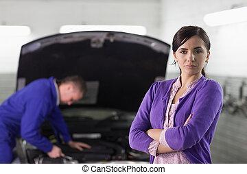 mujer mirar, en cámara del juez, al lado de, un, coche