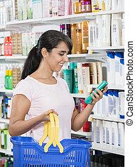 mujer mirar, en, producto, en, farmacia