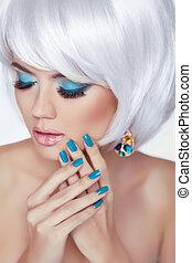 mujer, moda, ojo, nails., belleza, makeup., pelo, cortocircuito, rubio, manicured, styling., retrato, blanco