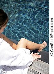 mujer, mojadura, ella, pies, en el agua