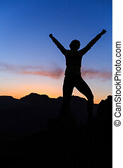 mujer, montañismo, éxito, silueta, en, montañas, ocaso