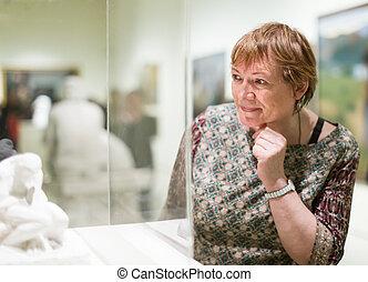 mujer, museo, visitar, retrato mayor