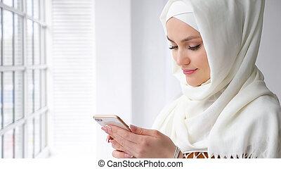 mujer, musulmán, atractivo, mecanografía, hijab, mensaje, ...