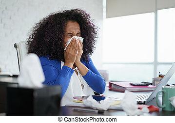 mujer negra, trabajar casa, y, estornudar, para, frío