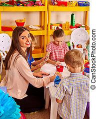 mujer, niños, jardín de la infancia, papel, pintura, profesor