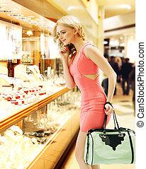 mujer, observar, el, ventana de la tienda