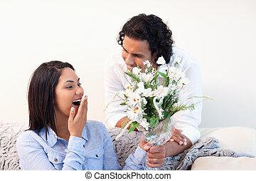 mujer, obteniendo, flores, de, ella, novio