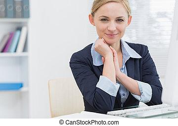 mujer, oficina, empresa / negocio, confiado, computadora, escritorio