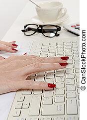mujer, oficinista, mecanografía, en, el, teclado