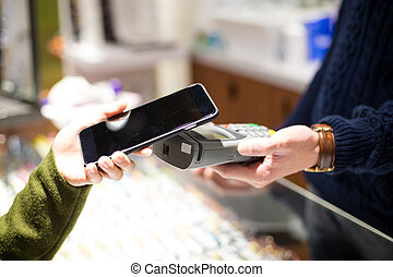 mujer, paga, con, teléfono móvil, por, nfc