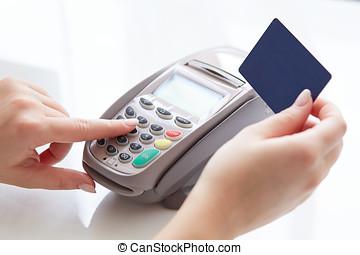 mujer, paga, por, credito
