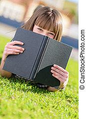 mujer, paliza, cara, con, libro