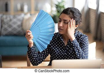 mujer, papel, fan., joven, indio, ondulación, agotado