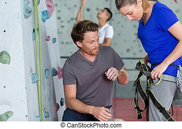 mujer, pared, interior, conectar, prior, arnés, montañismo