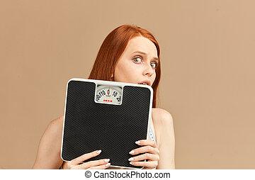 mujer, pelirrojo, tímido, espantado, cara, atrás, bugged, flaco, ojos, balanzas., paliza