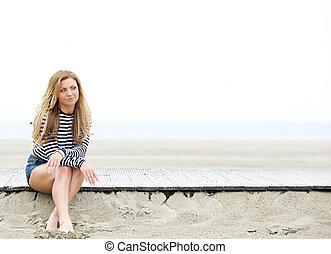 mujer pensante, playa, joven, sentado
