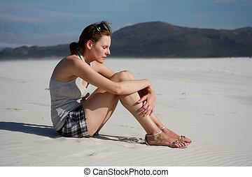 mujer pensante, playa, sentado