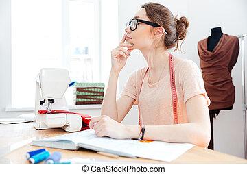 mujer, pensativo, trabajando, pensamiento, tabla, costurera