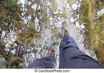 mujer, piernas, con, zapatos de lona, en, montaña, path.top, vista