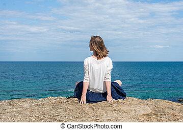 mujer, playa, sentado
