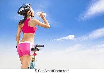 mujer, plegadizo, joven, agua, bicicleta, bebida