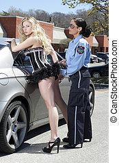 mujer policía, dama, cuffing
