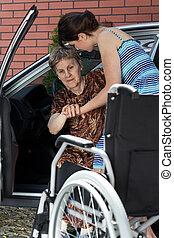 mujer, porción, ella, abuela, conseguir, en, el, coche