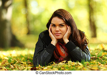 mujer, portret, en, hoja otoño