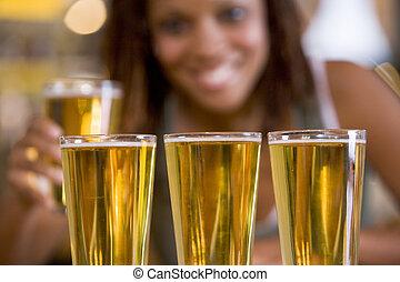 mujer, posar, con, varios, anteojos de cerveza
