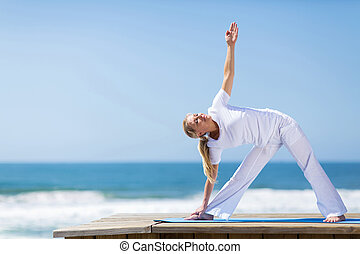 mujer, practicar, edad, medio, yoga, playa