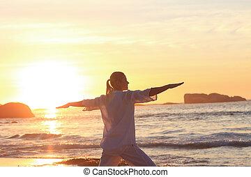 mujer, practicar, ocaso, durante, yoga, playa