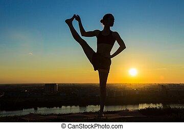 mujer, practicar, yoga, en el parque, en, ocaso