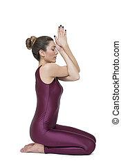 mujer, practicar, yoga, en, garudasana, postura
