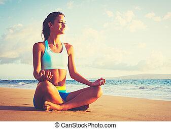 mujer, practicar, yoga, en la playa, en, ocaso