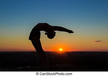 mujer, practicar, yoga, en, ocaso, -, gota, espalda, rueda, postura