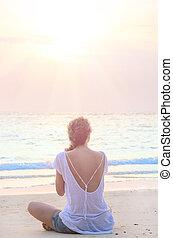 mujer, practicar, yoga, en, salida del sol, playa